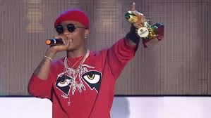 A video of American DJ's saying that wizkid is unknown on a live radio podcast, has gone viral, in the video, a group of DJ's declared that nobody knows Wizkid and it was because of Drake he had the little exposure, one also said that they are trying hard to paint wizkid as Africa's Sean Paul, but wizkid has not done half of what Sean has done. Watch video below…