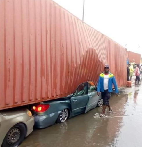 A Container has fallen on multiple vehicles at the Tin Can Island, Apapa Lagos. It is not yet ascertained if there were any causalities, but at the time of filing this report, rescue operations are yet to kick off at the scene of the accident. Details soon…