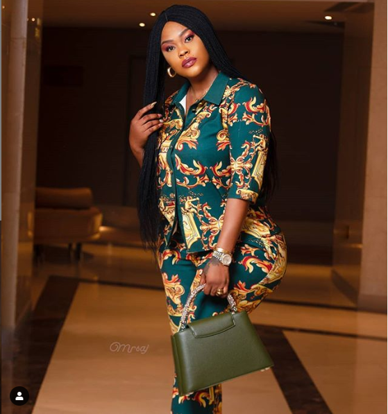 Nollywood actress, Daniella Okeke is being accused by her fans on social media who think she photoshopped her butt to make it look 'extremely bigger' in this new photo she shared. While most of the fans are praising Daniella for her king-sized backside, some actually accused her of photoshopping.