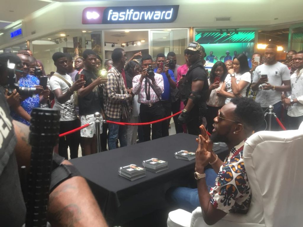Popular Nigerian singer, Patrick Nnaemeka Okorie, better known by his stage name Patoranking was seen meeting with fans at Ikeja City Mall.  Fans were all excited as they met and took photos with Patoranking.