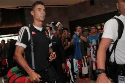 Juventus have arrived in Singapore for the international Champions Cup and Cristiano Ronaldo fans were large in number to welcome him, MySportDab reports.  Despite waiting for over four hours, the fans still accorded the superstar and his Juventus teammates a rousing welcome as they entered the hotel after disembarking from the team bus.  Ronaldo was flanked by two rows of adoring fans as he strode into the hotel, giving a thumbs up to supporters but not stopping for any pictures or autographs.  Newly-installed manager Maurizio Sarri, who has moved to Juventus after a season at Chelsea, looked relaxed as he stopped to sign autographs for fans and pose for photos.