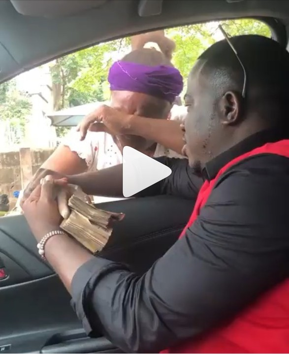 A woman burst out in tears after receiving N100k from a good Samaritan to use treat herself in the hospital. The man tell the woman to manage the money and treat herself that he will be checking on her. The good Samaritan was blasted by many for making a video while some bless him for the kind gesture he rendered onto the woman. May your helpers locate you at the right place and at the right time.