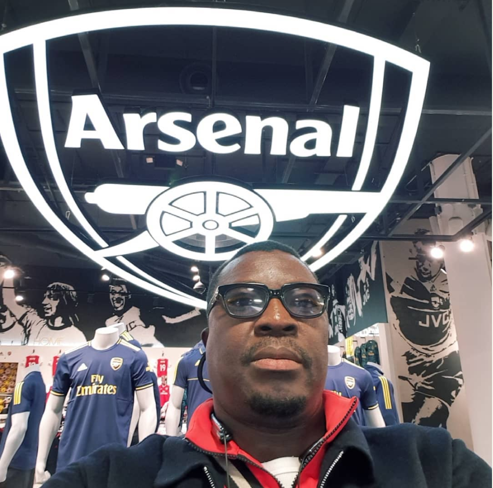 Comedian, Alibaba Pictured In Arsenal Dressing Room   Popular comedian Alibaba pictured having fun at arsenal stadium as he Visit their dressing room decided to gift 10 people free arsenal Jersey.