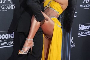 When her boyfriend kissed her, she lifted her leg sexually and her little yellow thong under her dress became visible and paparazzi, of course, managed to photograph this hot moment.
